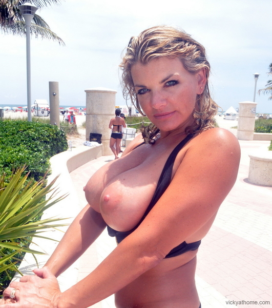 Tits in Public VickyVette's Titpic of the Day Retweet it if