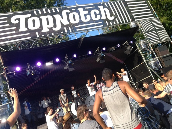 Top Notch stage op Boothstock Festival in Rotterdam. @Antonkarel @LeeroyZL @realHAYZEE zijn aan &#039;t killen.