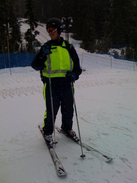 Politie agent op ski's buiten