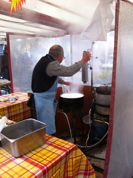 Bastille mkt: they love fresh-fried churros (also called chichis!?!) here in Paris. Made just like at Xoco/in Mex