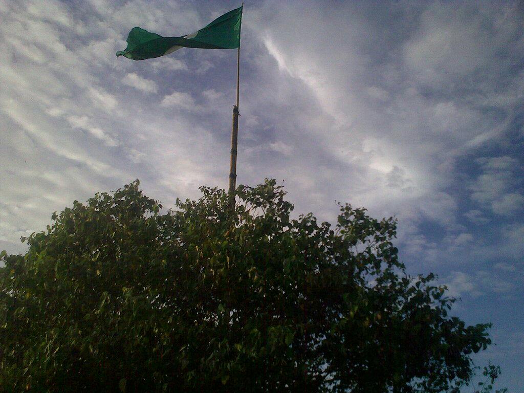 Lokasi : kawasan kpg mak mertua. Sdg memasang bendera utk persediaan PRU. Blergh!