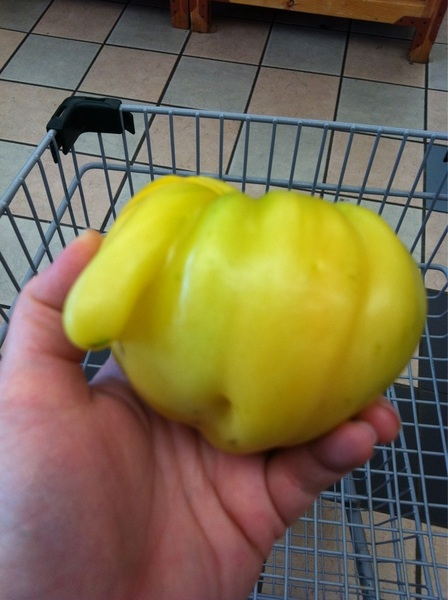 @paparatti This tomato has a nose.