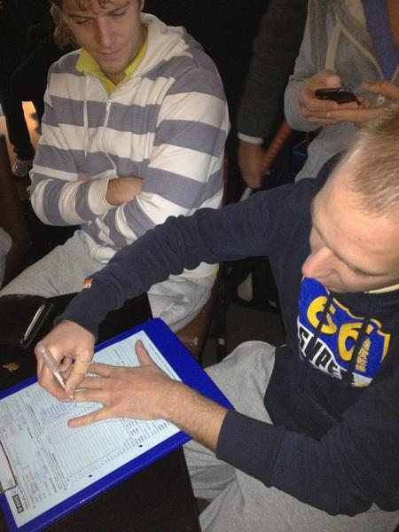 Zure zet zijn handtekening op het